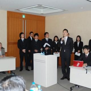 サミットでは富士常葉大学大久保准教授(左端)のゼミ生らが青年部との合同合宿の模様もレポート
