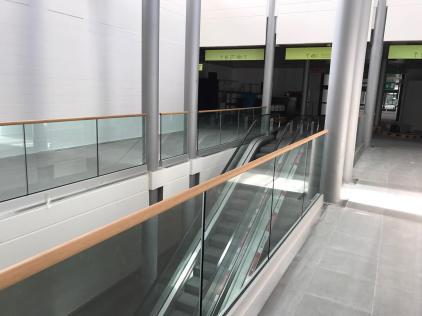 Balaustra protezione in vetro con corrimano in legno sovraposto