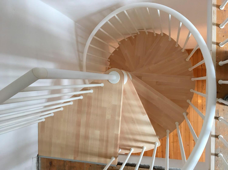 Spindeltreppe mit Stufen und Austrittspodest