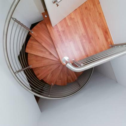 Spindeltreppe Serie Inox Design in-Holz-Kirsche-und-Edelstahl
