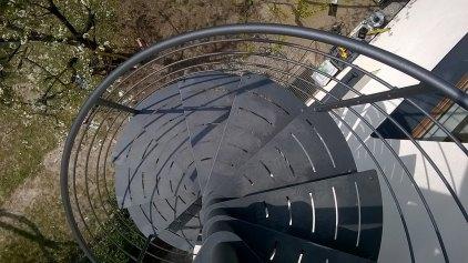 Spindeltreppe mit Stufen in Flachstahl verzinkt und lackiert