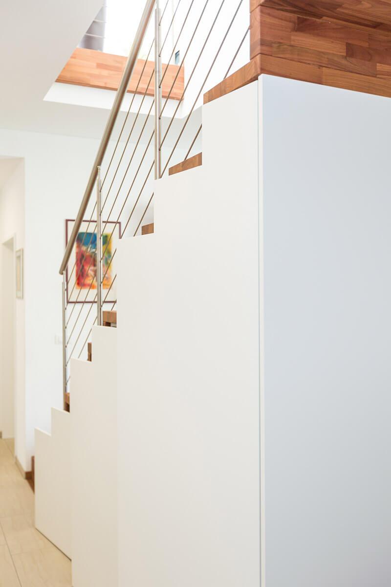 Unterbautreppe mit Regalen und Push-up-Tür