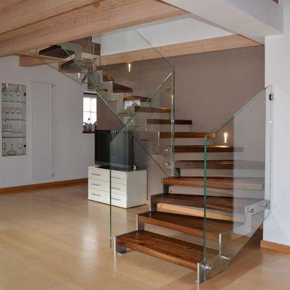 Scala con gradini realizzati con listelli di pavimento del cliente