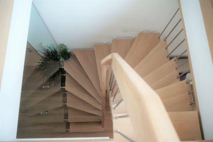 Scala con gradini e corrimano portante in legno massiccio