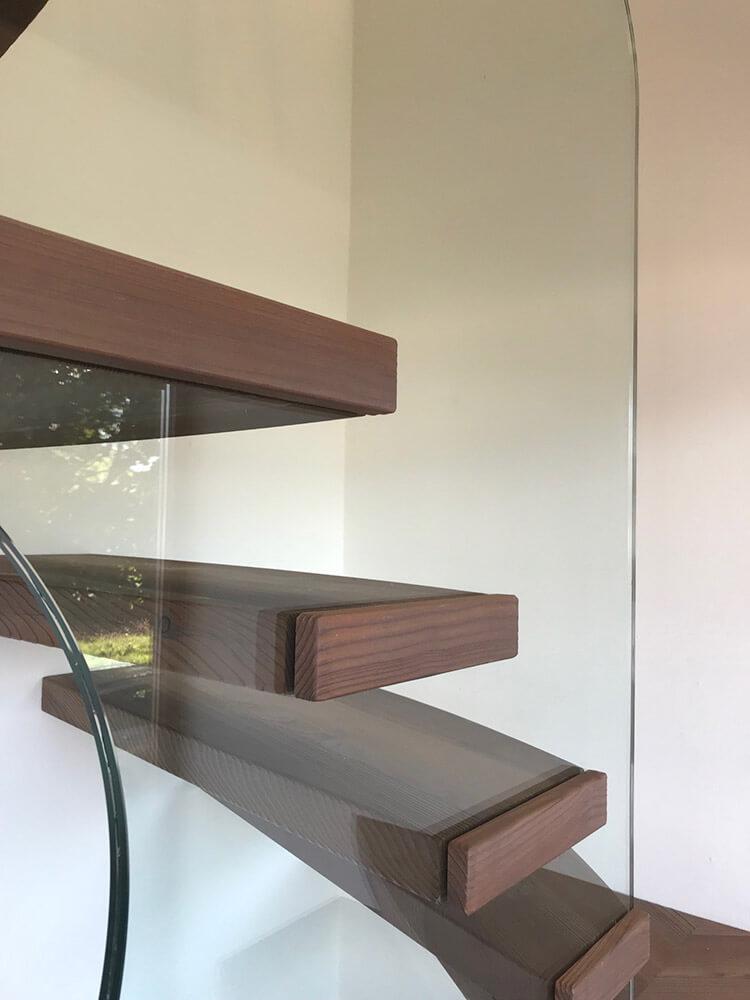 Treppe mit geschwungenen Glaselement