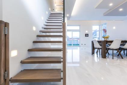 Scala a rampa diritta con gradini in legno