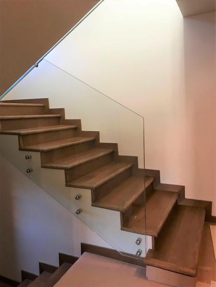 Treppengelaender in Glas ohne aufgesetztem Holzhandlauf