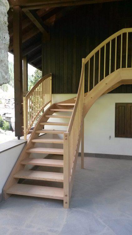 Scala con doppi fascioni e gradini incassati in legno massiccio larice
