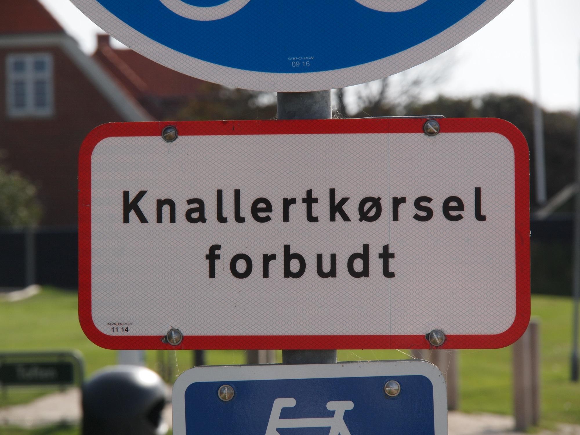 Schilder an Dänemarks Strassen – Knallertkørsel forbudt