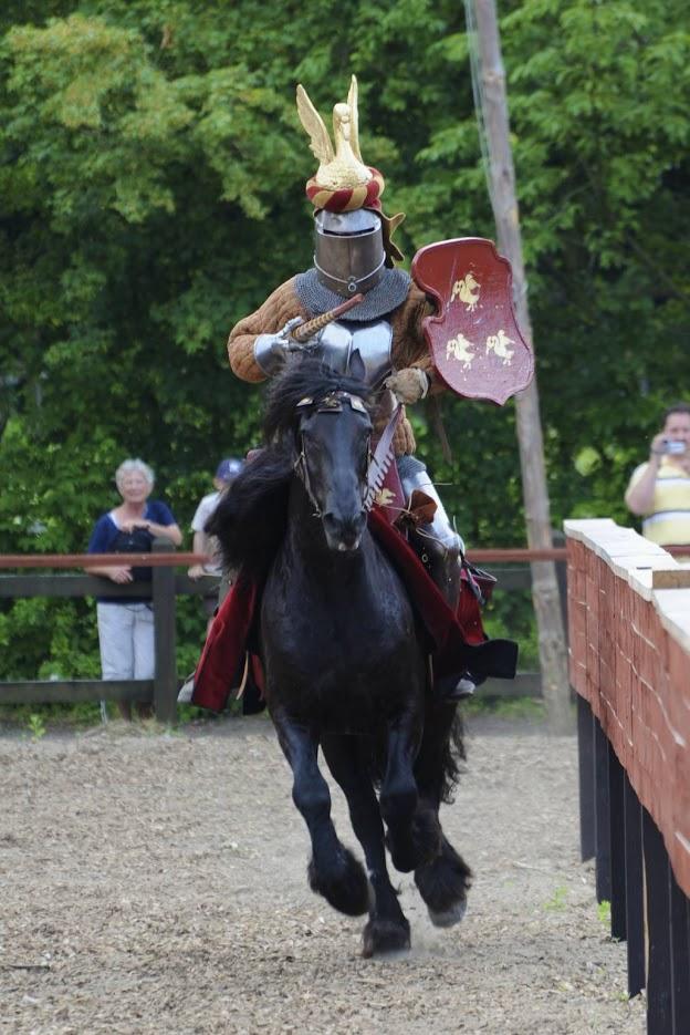 Middelaldercentret_ridder med hjelm i kamp