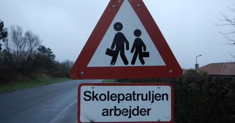 Schilder an Dänemarks Strassen – Skolepatruljen arbejder