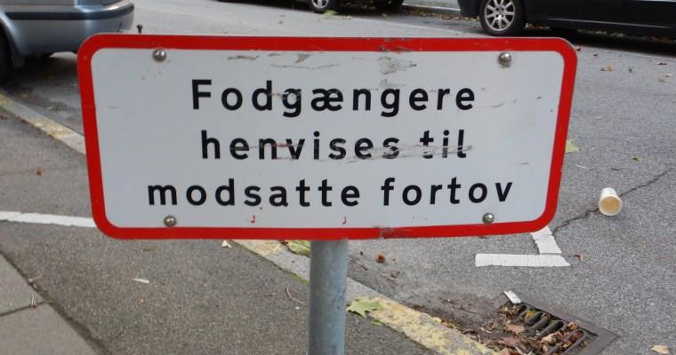 Schilder an Dänemarks Strassen – Fußgänger aufgepasst!