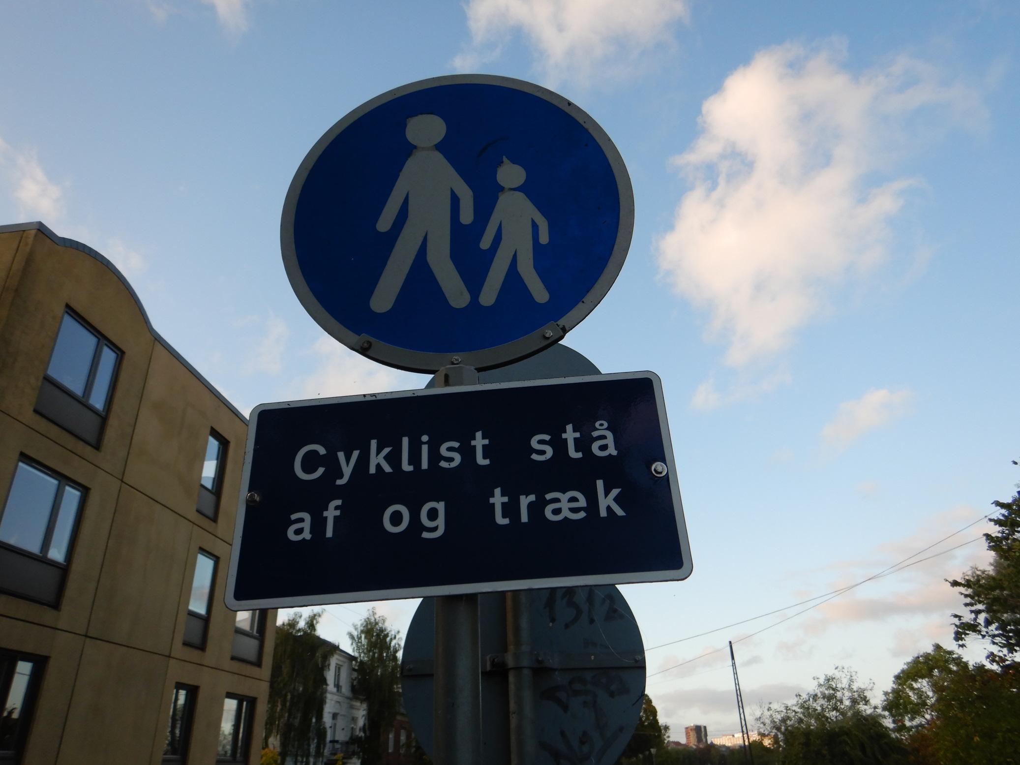 Schilder an Dänemarks Straßen – Cyklist stå af og træk!