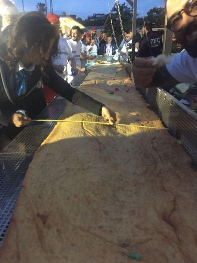 Pizza fritta, è record mondiale, 60 pizzaioli firmano il Guinness