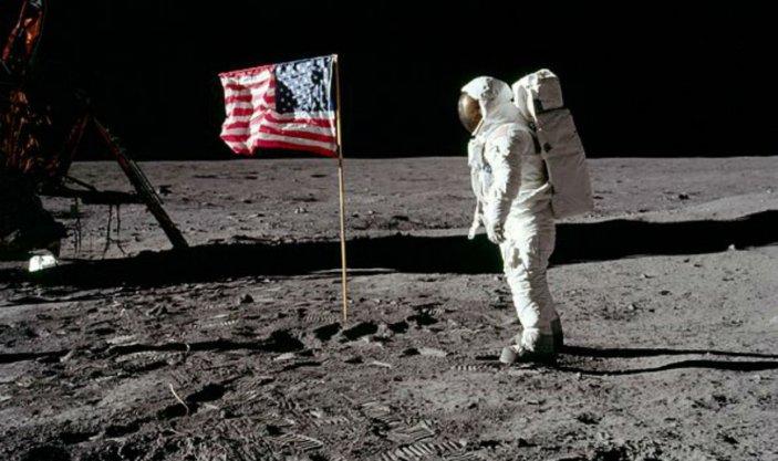 Neil Armstrong pone la bandiera degli Stati Uniti sul suolo lunare