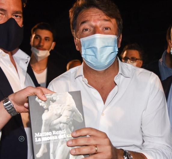 """Renzi a Napoli con """"La mossa del cavallo"""""""
