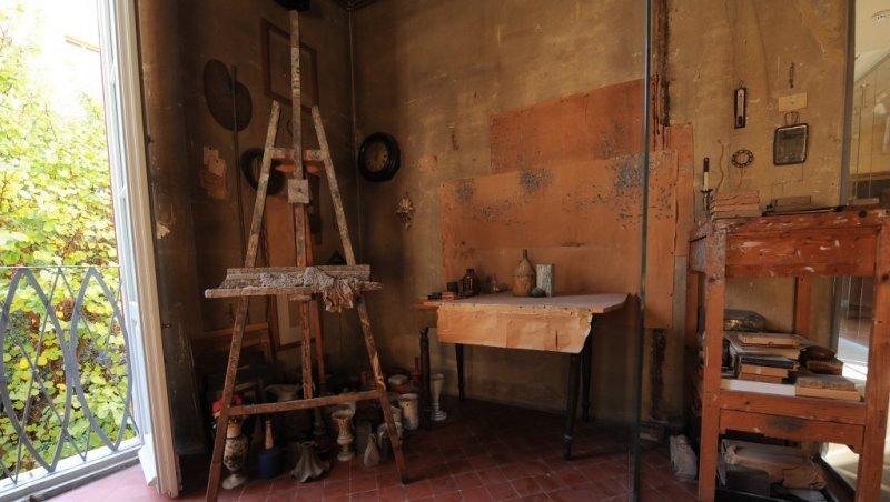 Un particolare della casa del pittore e incisore Giorgio Morandi, in cui si vede la sua postazione con materiale da pittura