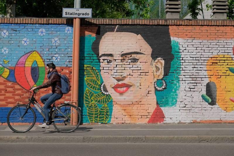 Murales di Frida Kahlo sul ponte di via Stalingrado.
