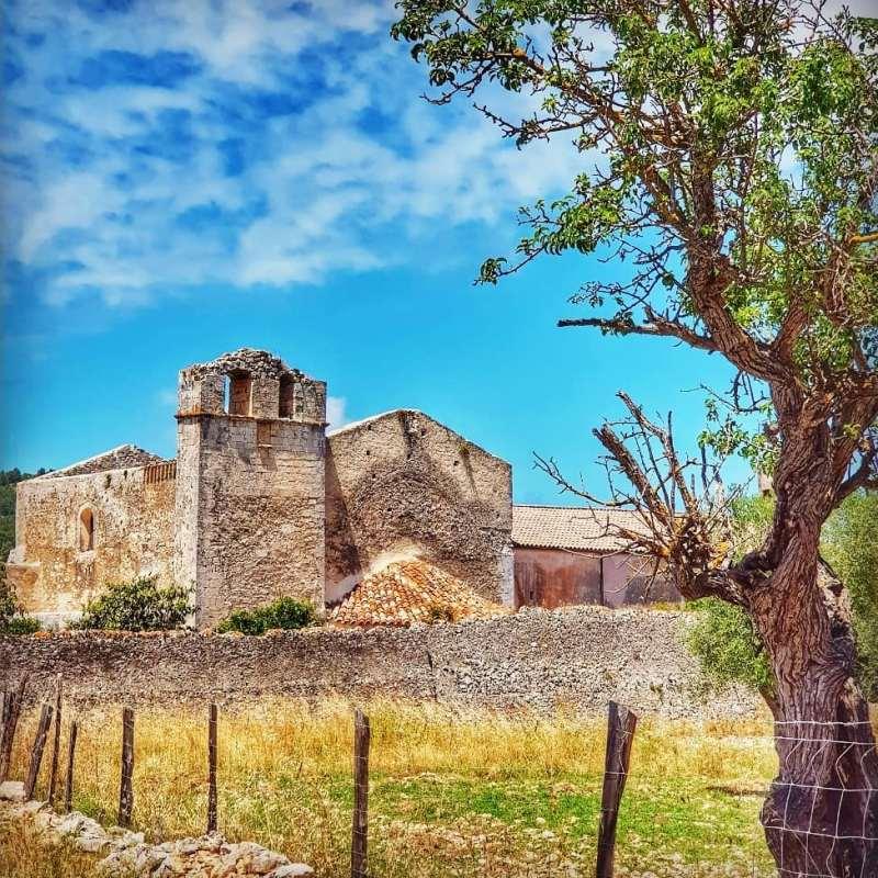 Tra gli edifici abbandonati più suggestivi del Sud Italia rientrano i ruderi dell'Abbazia di Santa Maria di Kàlena, vicino Peschici.