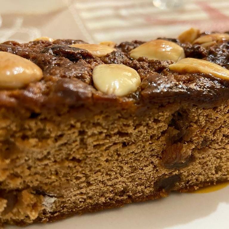 Il certosino di Bologna è una torta speziata e profumatissima tipica del Natale.