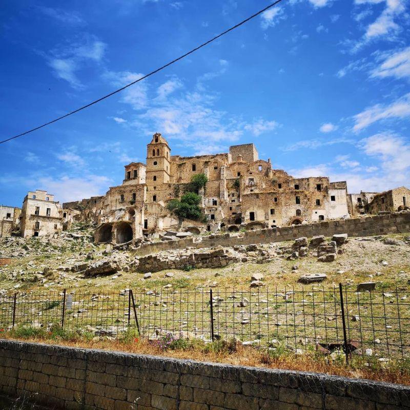 Tra gli edifici abbandonati più suggestivi del Sud Italia come non includere le rovine della suggestiva città di Craco, in Basilicata.
