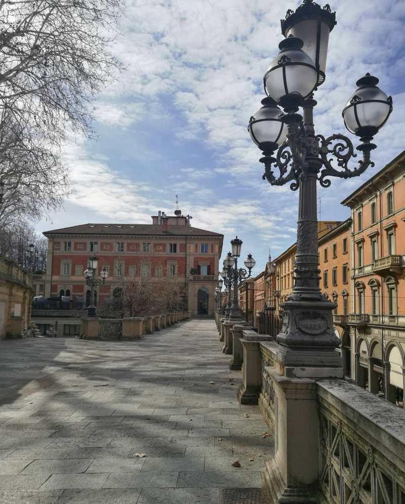 Il nostro itinerario di Bologna in un giorno si apre con lista dall'alto del Giardino della Montagnola su via Indipendenza.