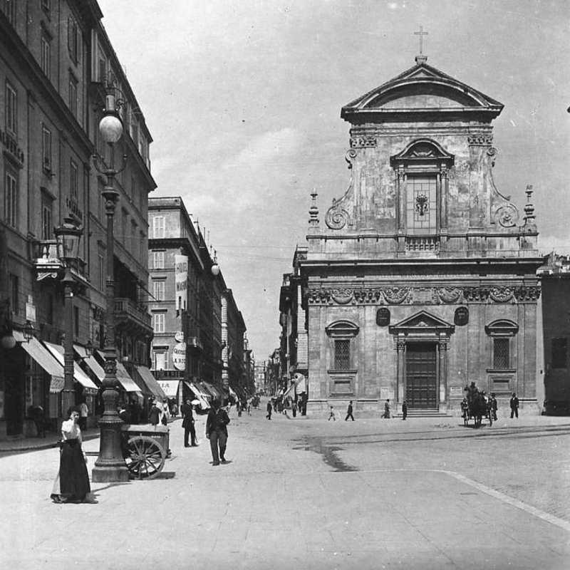 Roma negli anni: 10 scatti dal 1900 ad oggi si apre con la Chiesa di Santa Maria in Via al confine tra rione Colonna e rione Trevi a inizi Novecento.