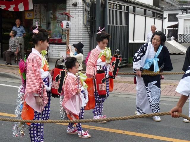 17_金棒をもって進む金棒曳(写真:山あげ祭2011年7月21日宵祭)
