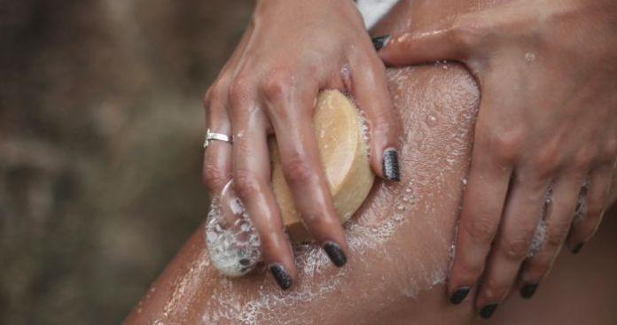 أيهما أفضل تقشير الجسم قبل أم بعد الاستحمام ؟