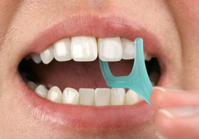 فوائد خيط الأسنان وأضراره