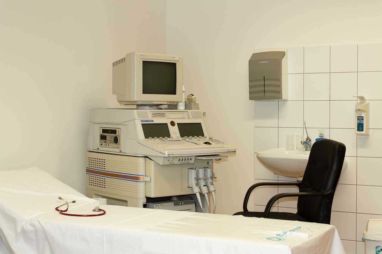 kép a kardiológiai magánrendelőröl rajta a vizsgáló ággyal és az EKG géppel 3