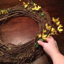 10 Minute spring wreath for Love Your Life Friday at KarenEhman.c