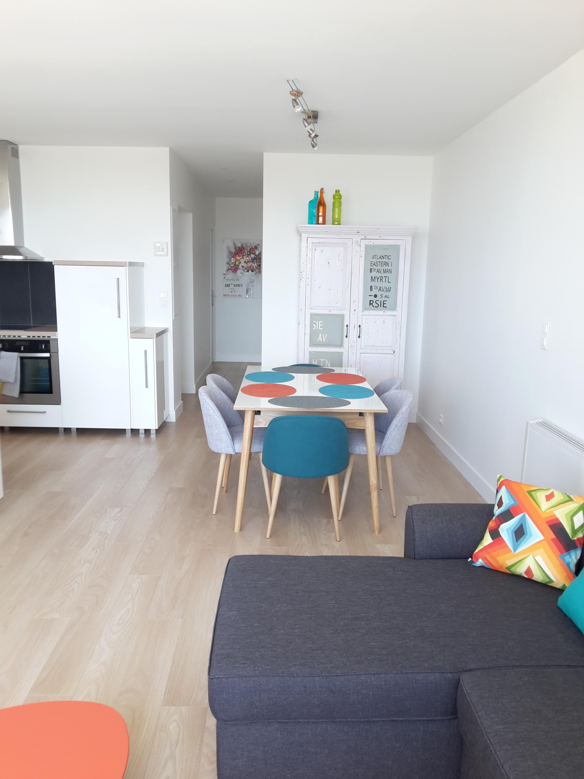 Appartement aux murs blancs mais à la décoration colorée