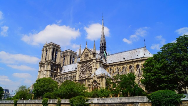 Photo de Notre-Dame de Paris avant l'incendie, vue de l'autre coté de la Seine (le transept sud nous fait face, les tours sont à gauche sur la photo).