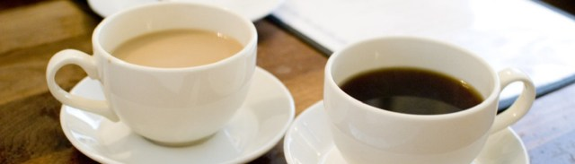 Image décorative : deux tasses de café devant une feuille.