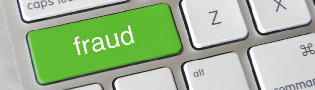 """Image décorative : faux clavier d'ordinateur, avec une touche """"fraud"""" verte."""
