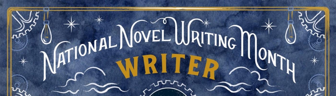"""Image décorative : bannière du nanowrimo 2019 : """"National Novel Writing Month - Writer"""" écrit en blanc et jaune, sur un fond bleu nuit décoré d'un décor d'ampoule, d'étoiles, de nuages et de rouages."""