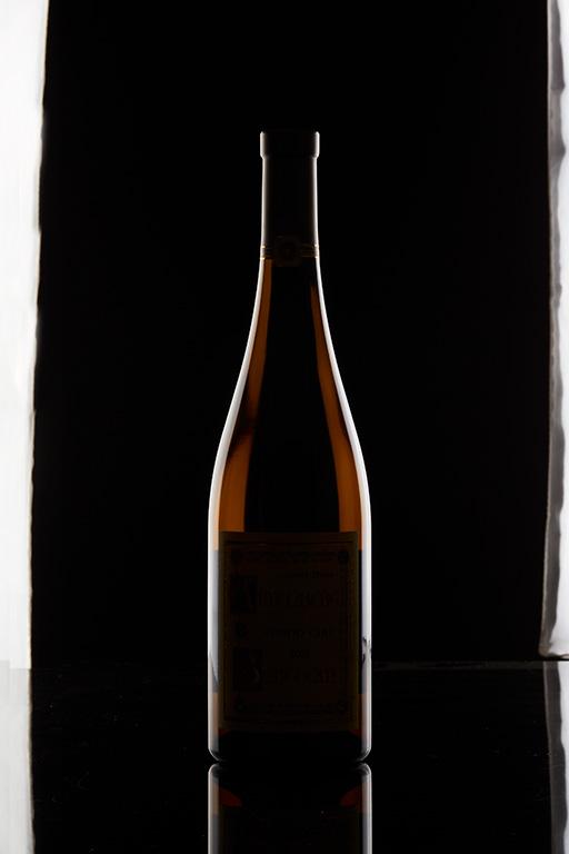 Packshot d'une bouteille de vin blanc sur fond noir
