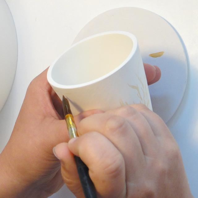 Malen mit Schellack auf rohem Porzellan