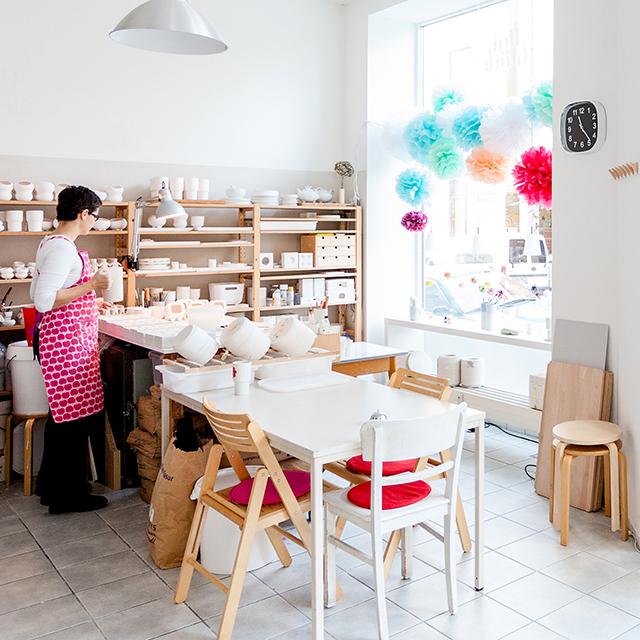 Blick in den Werkstattladenraum mit Karin Sehnert bei der Arbeit mit Porzellan