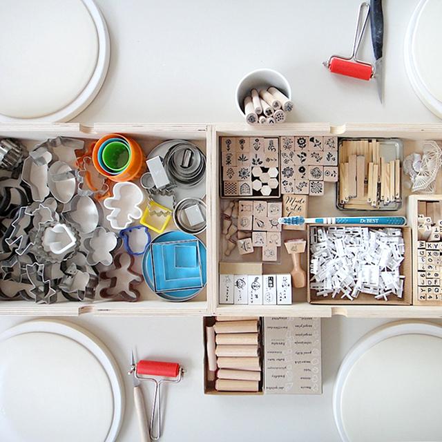 so sieht es vor dem Start eines Workshops aus: eine Platte rohes, weiches Porzellan fuer jede Person und Stempel und Ausstechformen fuer alle