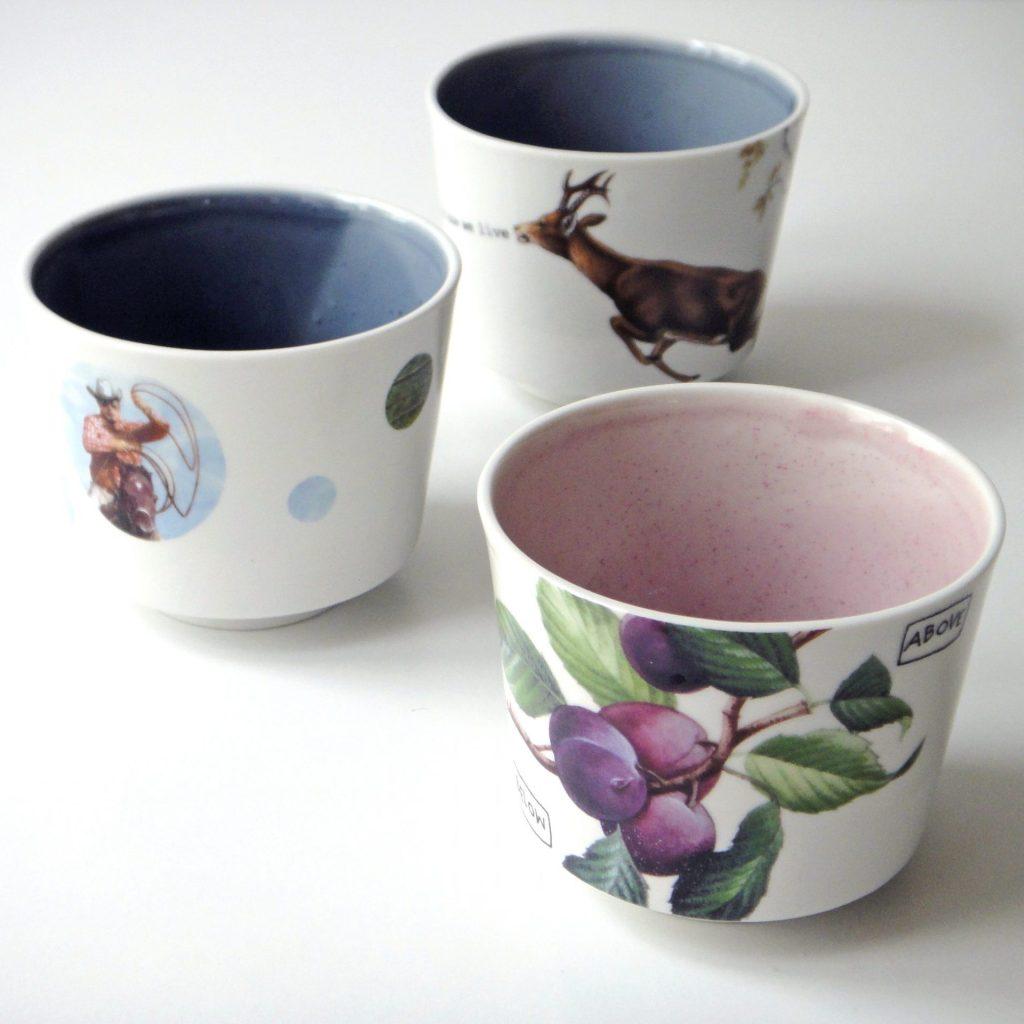 3 Becher, die es als Einzelstücke gibt, innen unterschiedlich farbig glasiert, aussen Ausschnitte historischer keramischer Druckdekore