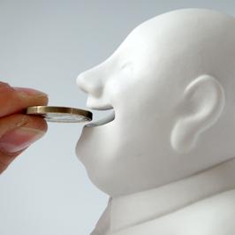 """Spardose """"Buddhy"""" aus Porzellan mit Münze am Mund, Detailansicht"""