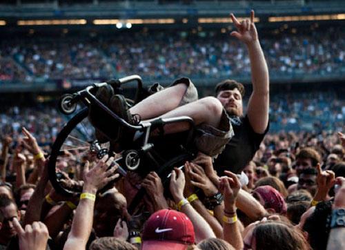 funny-teamwork-wheelchair-crowdsurf