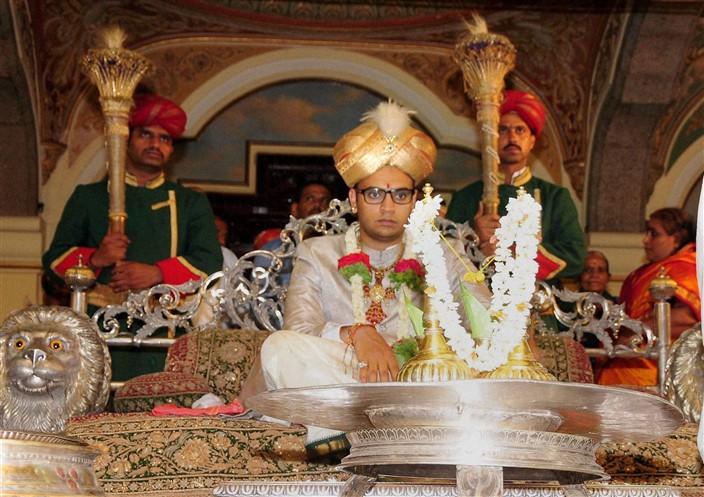 Yaduveer Krishnadatta Chamaraja Wadiyar being coronated