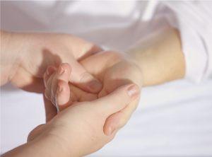 Schwangere erhält Handmassage
