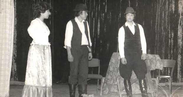 Egy régi felvétel a beregdédai klubház színjátszó társulatának előadásáról.