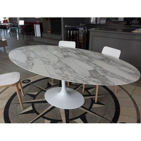 Reedition Fidele De La Table Ovale Tulip De Eero Saarinen Avec Plateau En Marbre De Carrara Ou En Lamine