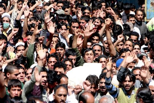 TRAGEDY! People carrying body of Asiya and Neelofer            Photo: Bilal Bahadur