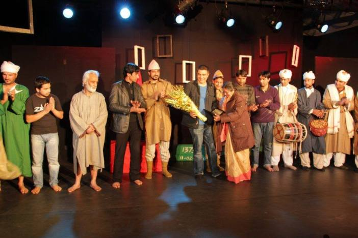 Arshad Mushtaq being fecilitated with his team of artists.